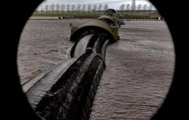 Dit is de balgstuw in de IJsselmonding tussen het Ketelmeer en het Zwarte Water. Dit exemplaar is veel groter dan die in de Oude Wetering, maar het principe is hetzelfde.