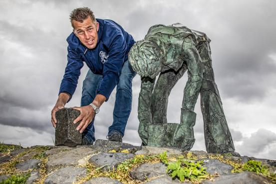 Zwaar handwerk van steenzetters Afsluitdijk verdwijnt uit zicht