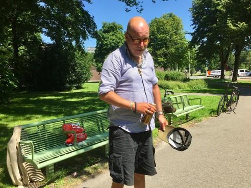 Onderweg: Sander Kunst, al zo'n twintig jaar verslaafd aan drank en drugs, heeft zijn lesje geleerd: 'Achteraf ben ik te goed voor deze wereld geweest'