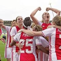 De Ajax-vrouwen vieren de 2-0 van Marjolijn van den Bighelaar.