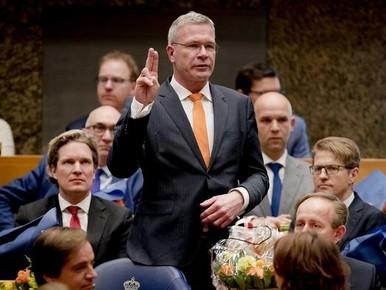 Hoornaar 'adopteert' Elbert Dijkgraaf, de politicus die een hertengewei kreeg