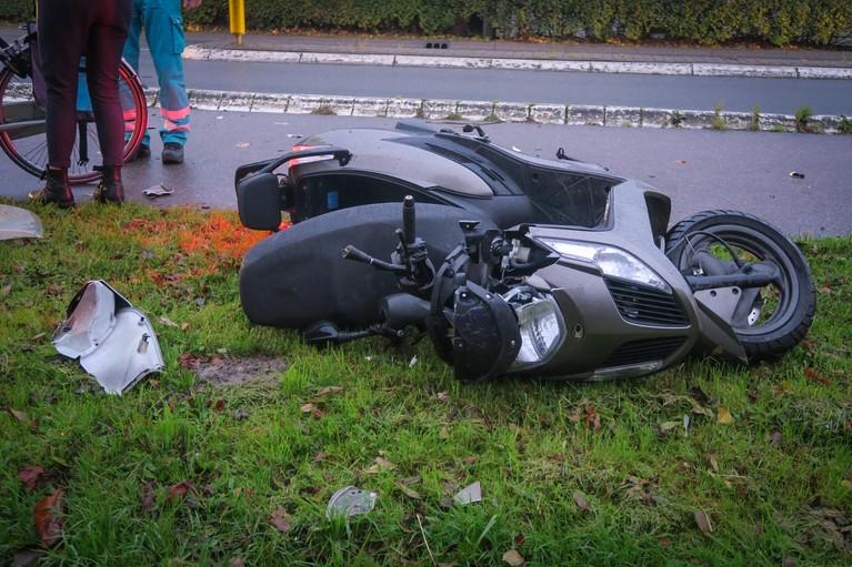 Scooterrijder gewond bij frontale botsing in Uitgeest