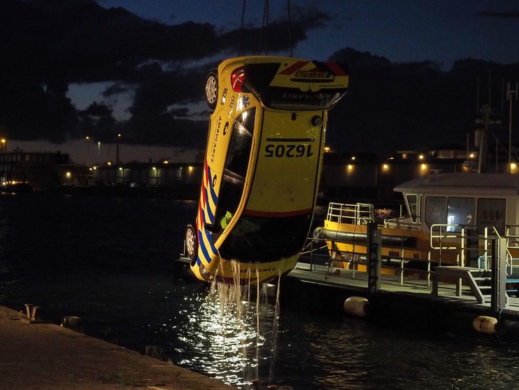 Ambulance belandt in water door vergeten handrem in IJmuiden