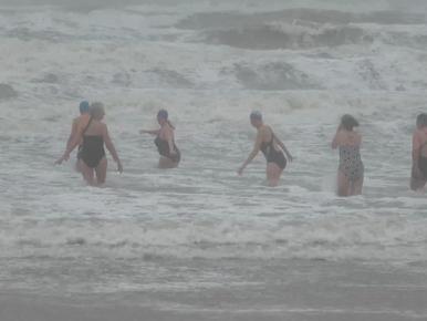 Zwemmers duiken ook gewoon zee in bij zeer zware windstoten [video]