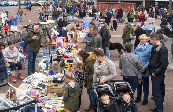 Vrijmarkt IJmuiden op Velserduinplein, kermis op Plein 1945