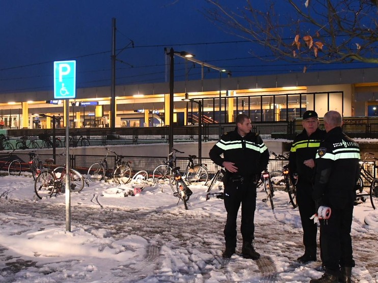 Reiziger gewond na val op glad station Voorschoten