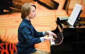De jonge Leidenaar Felix Hoezen speelt voor de jury van het Prinses Christina Concours.
