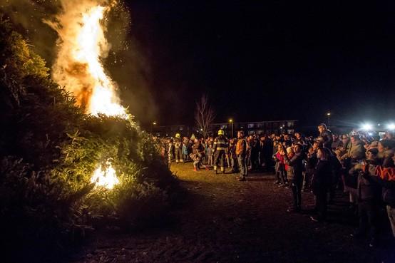 Kerstbomenverbranding in Velsen apotheose van hele dag inzamelen [video]
