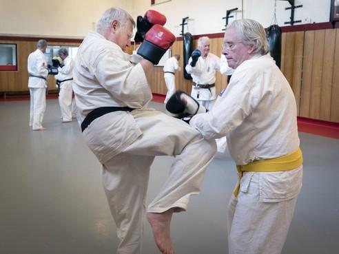 Fit blijven als 70-plusser met karate: 'Rauwdouwers kunnen we hier niet hebben'