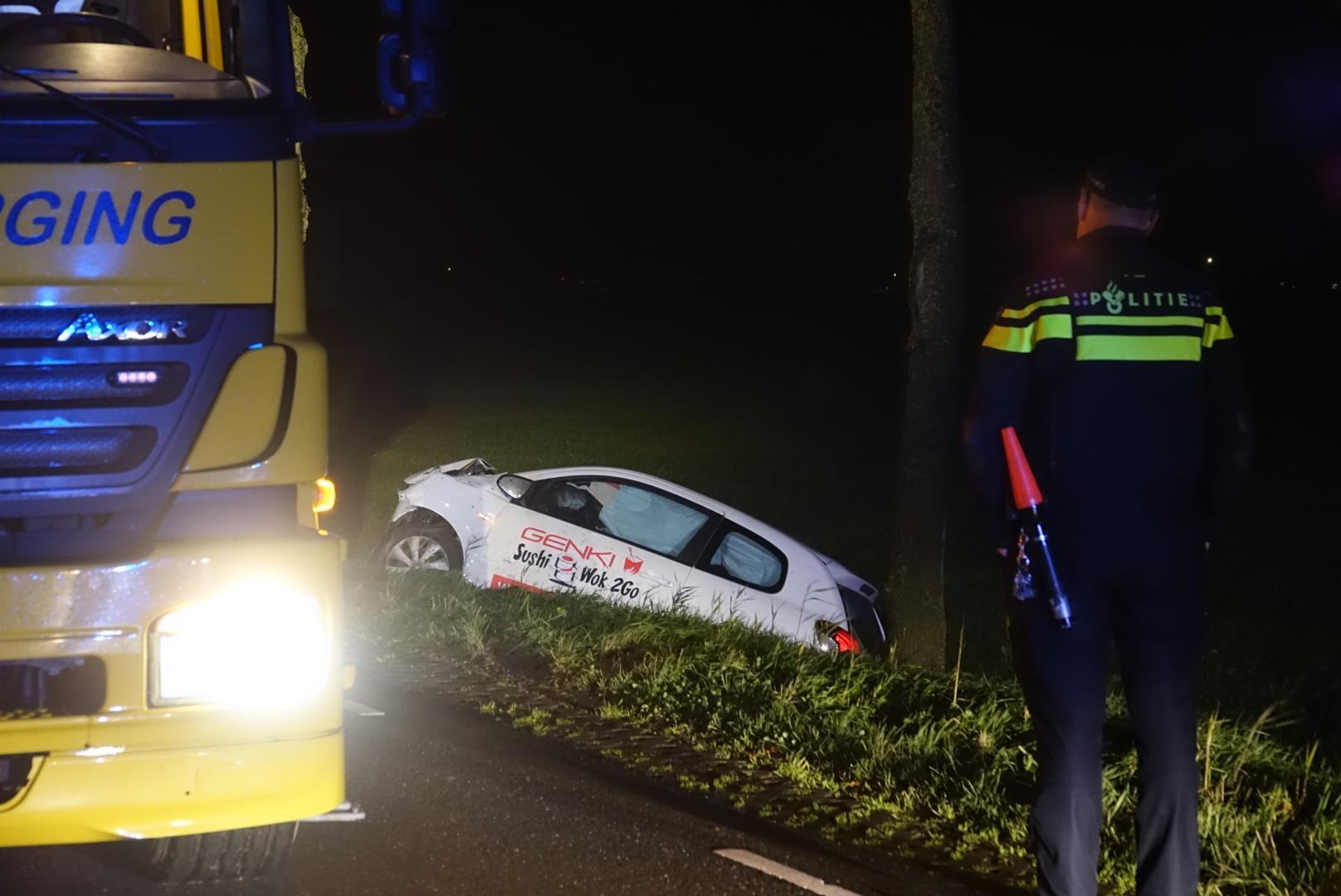 Auto van sushirestaurant raakt van weg in Waarland, bestuurder naar het ziekenhuis - Noordhollands Dagblad