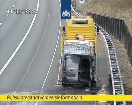File op A1 bij Naarden na brand in busje