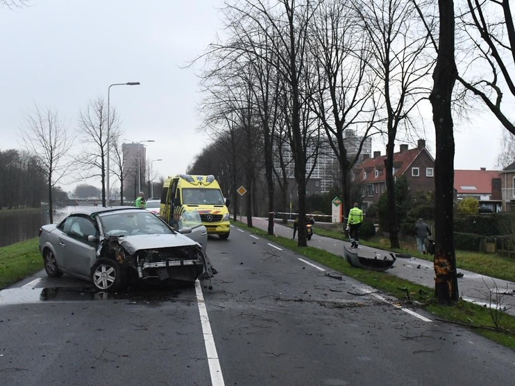 Twee gewonden na crash tegen boom in Leiden