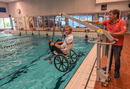 Zwembad Waterhoorn heeft weer tillift voor gehandicapten