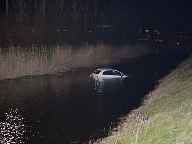 Auto rolt achteruit het water in