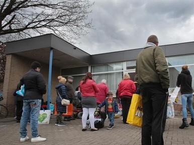 Ruim voor start de beginnende rij bij de voedselbank.