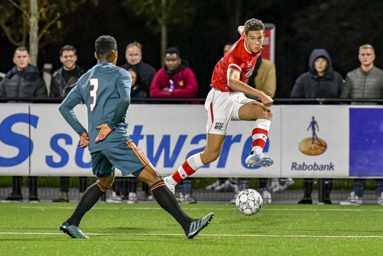 Jong AZ verslaat Jong Ajax in wedstrijd met allemaal Oranje-vrienden op het veld [video]