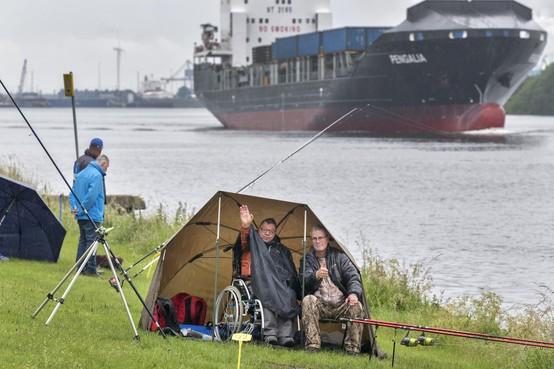 Wiche Smit (83) is blind. Maar toch gooit hij een hengeltje uit in het Noordzeekanaal