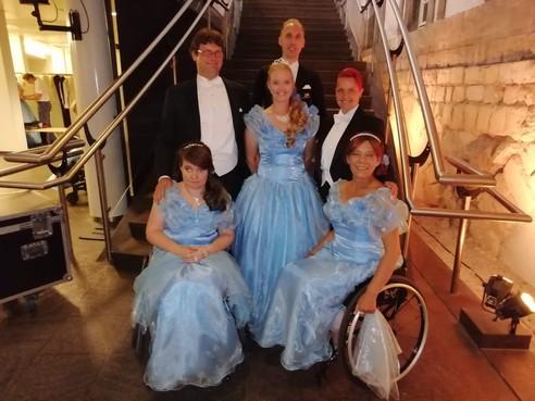Hoofddorpse danslerares Sylvia met rolstoeldansers in actie bij megashows van André Rieu op Vrijthof