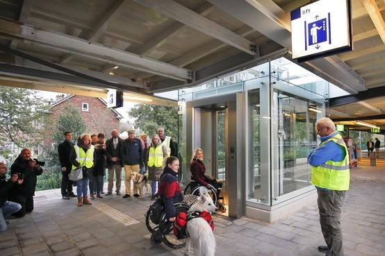Liften en hulp bij het instappen op station Bloemendaal