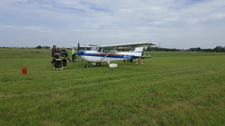 Sportvliegtuigje maakt noodlanding in weiland bij Voorhout [update]