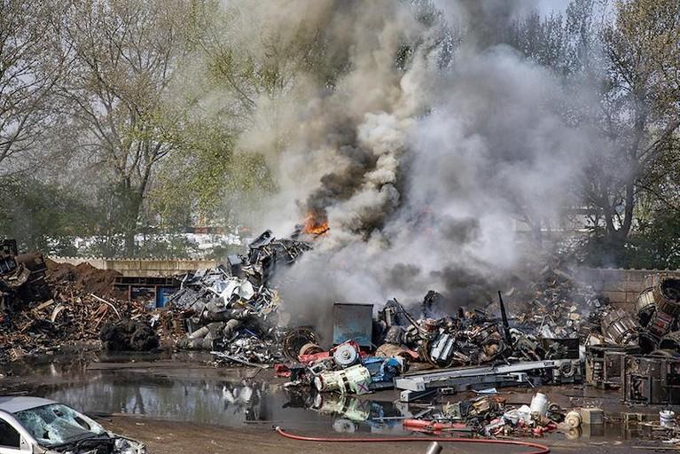 Veel rook bij brand bij recyclingbedrijf in Vijfhuizen [video]
