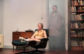 Ingrid Wender als de onbewogen moeder in Sontag.