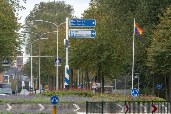 Regenboogvlag komt prominent voor gemeentehuis: 'Katwijk de 21ste eeuw inloodsen'