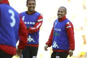 Shinji Ono (rechts) op de training van zijn club. © Hollandse Hoogte.