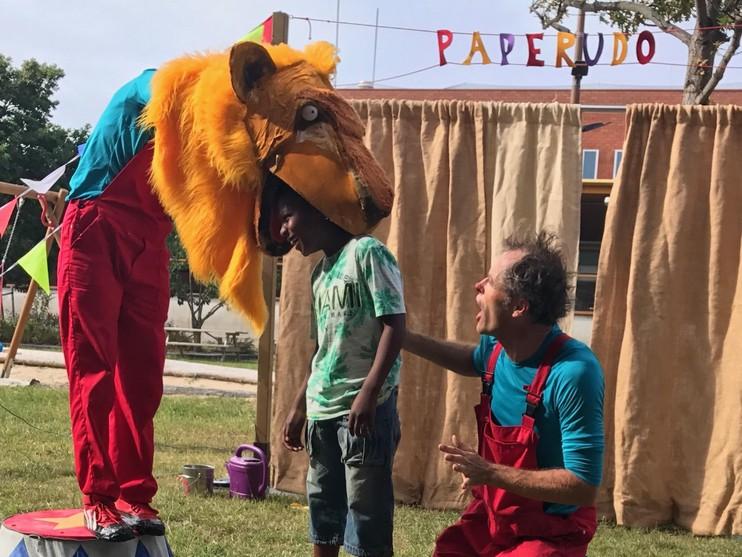 Wolkentheater treedt op voor asielzoekerskinderen in Den Helder