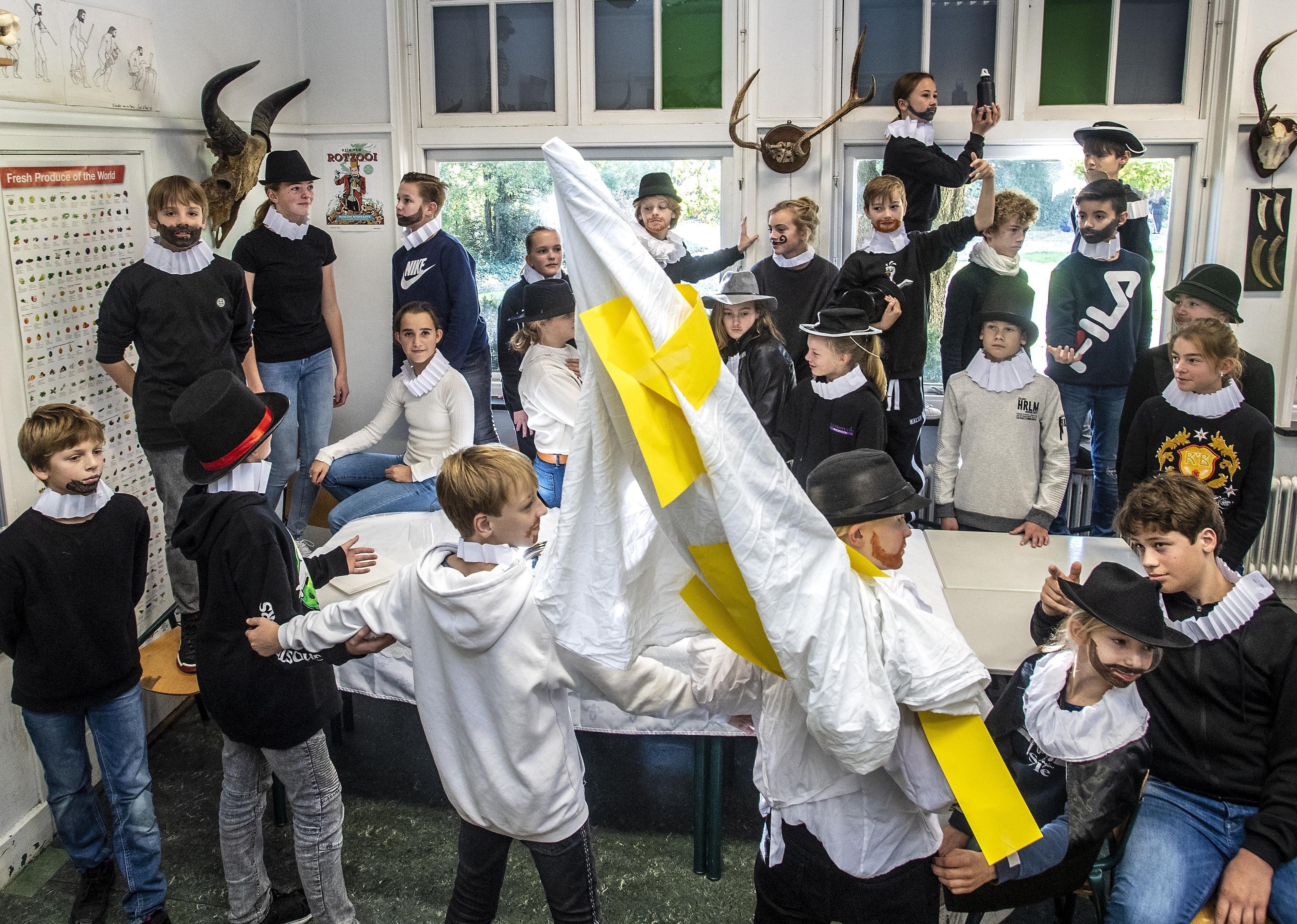 Leerlingen uit Overveen kruipen in de klassieker van het Frans Halsmuseum in Haarlem - Haarlems Dagblad