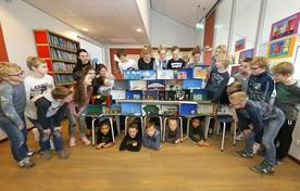 Leerlingen groep 7 van De Doorbraak uit Warmenhuizen bij hun kijkdozen. Links stagiair Jet Rohling.
