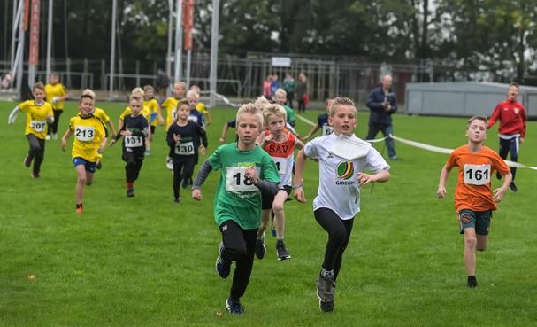 Lekker rennen op de 37e scholierenveldloop in Grootebroek