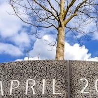 Het monument bij het winkelcentrum De Ridderhof. Vrijwel elke Alphenaar weet nog wat hij op 9 april 2011 deed.