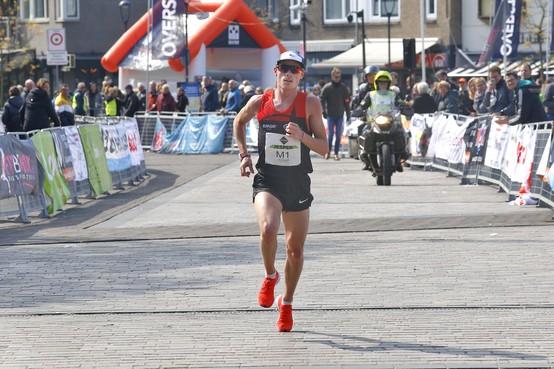 Topatleten laten Hilversum City Run massaal links liggen, Jesper van der Wielen profiteert van geringe concurrentie [video]