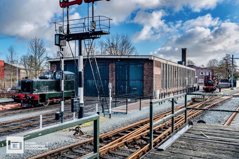 Locomotieven onder afzuigkap na ingrijpende restauratie en uitbreiding werkplaats Museumstoomtram