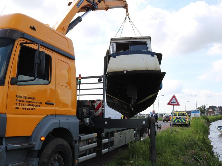 Deels gezonken boot uit vaart getakeld in Hillegom