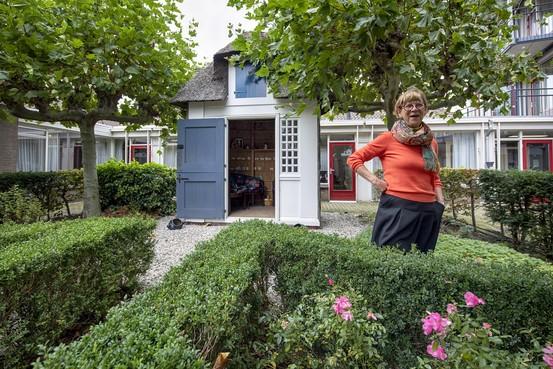 Schouders onder het tuinhuisje van Betje en Aagje