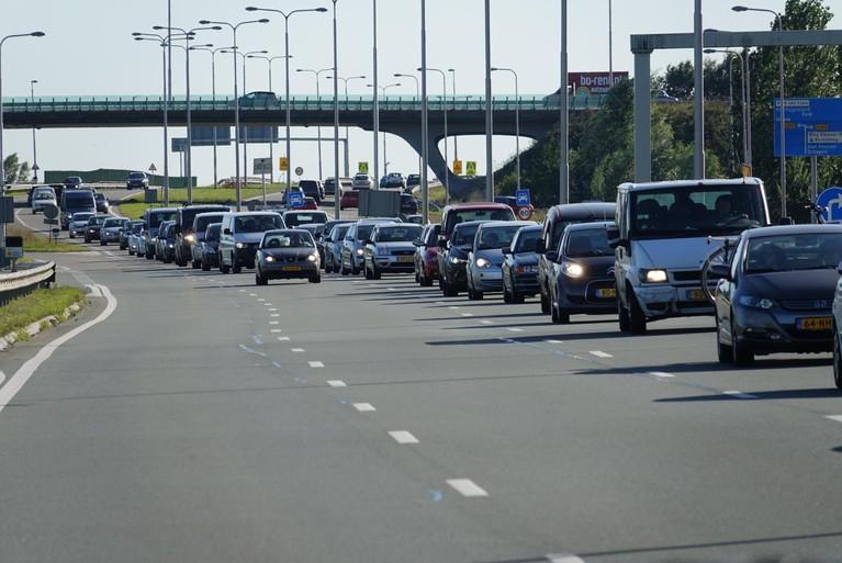 Auto botst op stilstaande BMW op de N242 bij Langedijk