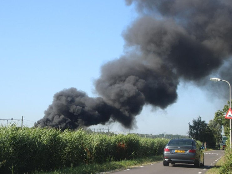 Tractor in lichterlaaie in Lisse, brandweerauto bijna te water