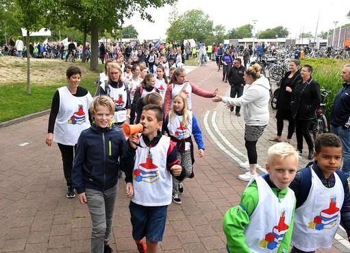 Julianadorp trapt avondvierdaagse af met meer dan negenhonderd deelnemers