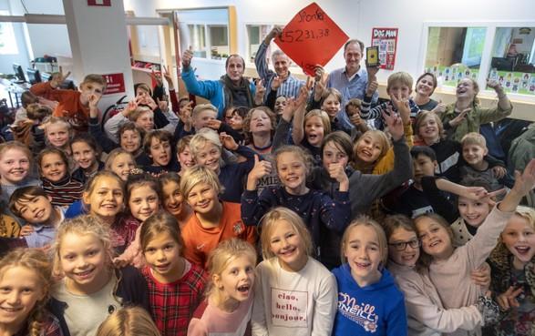 Beatrixschool in Haarlem haalt bizar veel geld voor Rwanda op: aanschaf van veel WakaWaka's