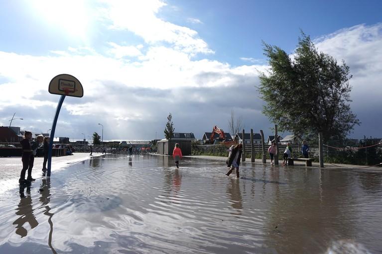 Schoolpleinen Assendelft vol water na dempen sloot