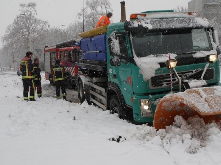 Strooiwagen komt vast te zitten in sneeuw in Leiden