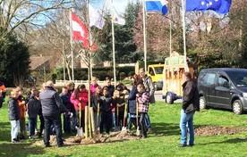 Leerlingen van de Montessorischool aan het werk in het Wilhelminapark.
