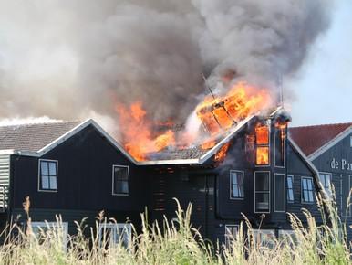Zeer grote brand in hotel De Purmer Eend in Kwadijk [video]