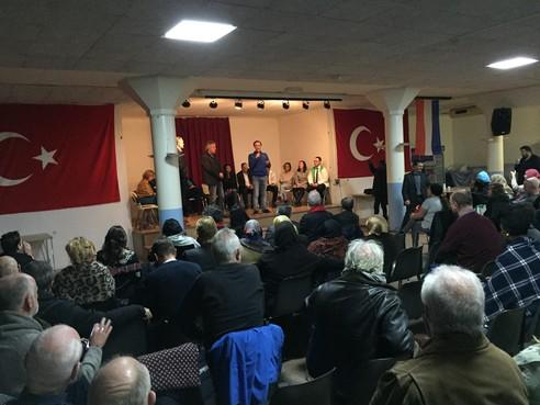 Turkse vlaggen aan de muur bij de Zaanse verkiezingen