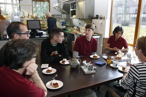 Team van Theehuis T-berg in Huizen luncht voor laatste maal