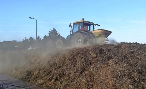 Hoek Hoveniers uit Ursem verwerkt gemaaid gras tot bodemverbeteraar