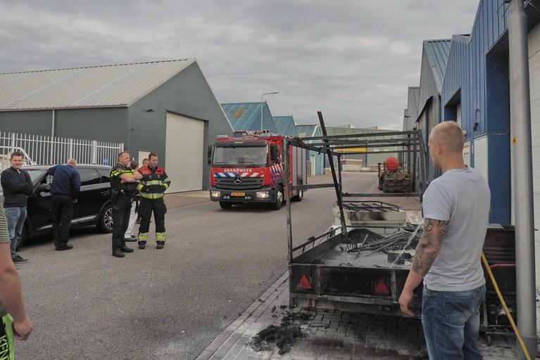 Buren blussen brandende aanhanger in IJmuiden
