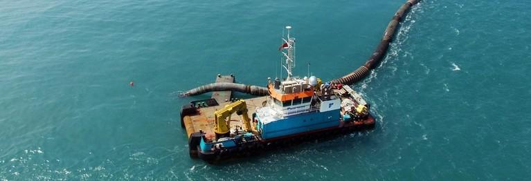Bemanning van schip uit Den Helder redt opvarenden van tanker in Golf van Oman [video]